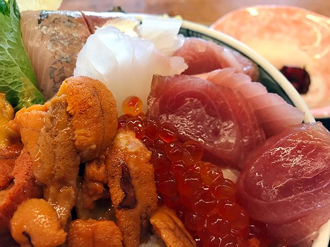重なりあう海鮮丼