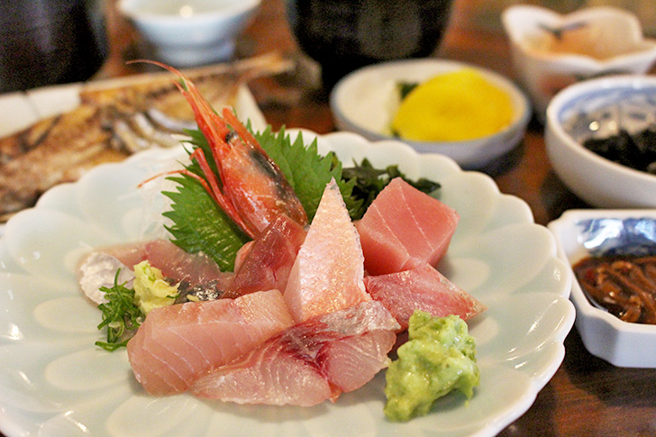 民芸茶房【松崎】地魚の刺身と天城の大木で作った机に感動!