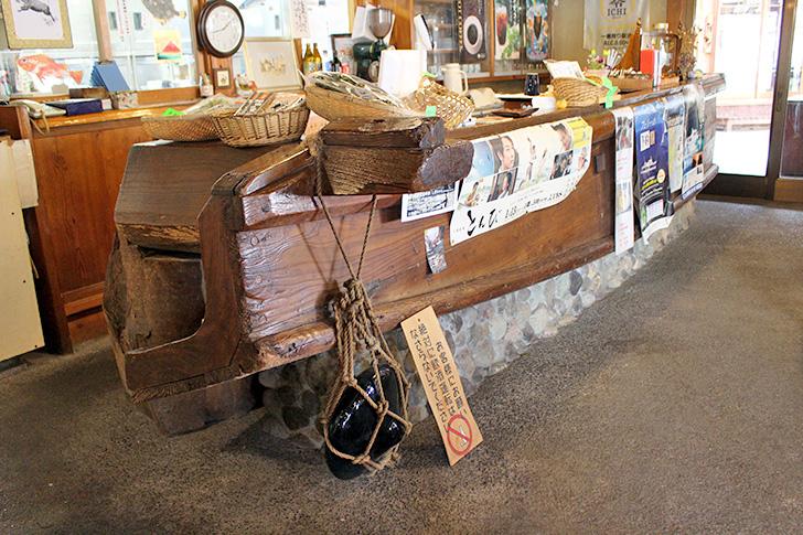 民芸茶房【松崎】地魚の刺身と天城の大木で作った机に感動!船で作ったカウンター